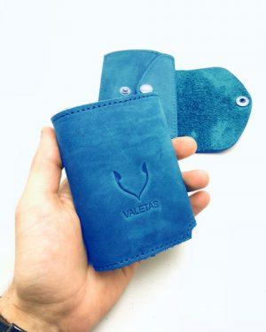 mėlyna piniginė rankoje